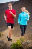 Jogging пар спорта фитнеса бежать снаружи на следе Стоковая Фотография RF
