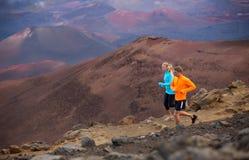 Jogging пар спорта фитнеса бежать снаружи на следе Стоковое Изображение