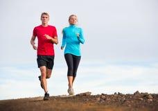 Jogging пар спорта фитнеса бежать снаружи на следе Стоковое Изображение RF