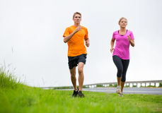 Jogging пар спорта фитнеса бежать снаружи Стоковые Фотографии RF