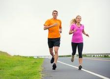 Jogging пар спорта фитнеса бежать снаружи Стоковая Фотография