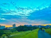 Jogging с красивым заходом солнца Стоковое фото RF