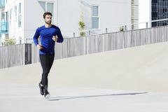 jogging человек ног мыжской вне ботинок бегунка дороги идущих Стоковые Изображения RF