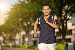 jogging человек ног мыжской вне ботинок бегунка дороги идущих Стоковое Изображение