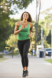 Νέα γυναίκα Jogging στην οδό Στοκ Φωτογραφία