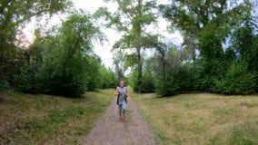 jogging πάρκο Κορίτσι που τρέχει κατά μήκος της δασικής πορείας φιλμ μικρού μήκους