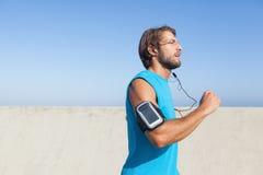 Подходящий человек jogging на прогулке Стоковые Изображения