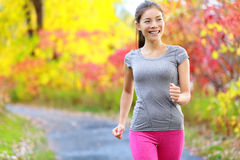 Прогулка скорости силы женщины идя нордическая и jogging Стоковое Фото