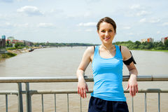 Остатки молодой женщины после бега, jogging пригонки в городе Стоковая Фотография