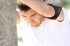 Человек протягивая после jogging Стоковое Фото