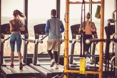 jogging Gente en el gimnasio imagenes de archivo