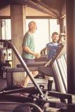 jogging Hombre mayor en el gimnasio fotografía de archivo libre de regalías
