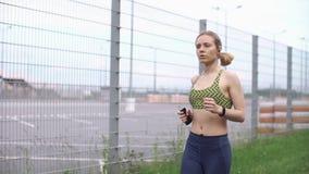 Jogging kobieta słucha muzyka na sposobie zbiory wideo