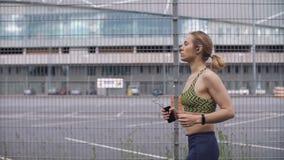 Jogging kobieta słucha muzyka na sposobie zbiory