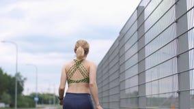 Jogging kobieta sprawdza jej noszonego przyrząd zdjęcie wideo