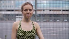 Jogging kobieta sprawdza jej sprawności fizycznej bransoletkę zdjęcie wideo