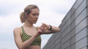 Jogging kobieta sprawdza jej sprawności fizycznej bransoletkę zbiory wideo