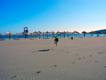 Jogging na długiej plaży Ulcinj, Montenegro obrazy stock