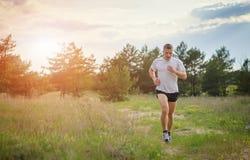 Jogging outdoors w drewnach Zdjęcia Stock