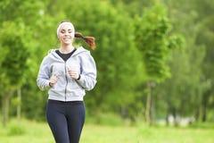 Jogging sporta pojęcie: Młoda Działająca sprawności fizycznej kobieta Trenuje Outd Zdjęcie Stock
