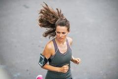 Jogging van de geschiktheids de jonge vrouw in openlucht in de stad Stock Afbeeldingen