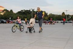 Jogging z rodziną w weekend Obrazy Royalty Free
