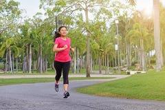 Joggingvrouw die buiten in aard lopen Stock Foto