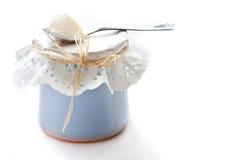 Joghurt auf keramischer Potenziometernahaufnahme. Stockbild