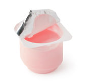 Joghurt in einem Plastikbehälter Stockbild