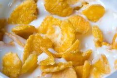 Joghurt mit Corn-Flakes. Lizenzfreies Stockbild