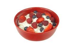 Joghurt mit den frischen Beeren lokalisiert Stockfotografie