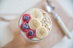 Joghurt mit frischer Frucht Stockbild
