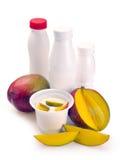 Joghurt mit Mangofrucht und Stücken Lizenzfreies Stockbild