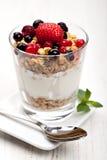 Joghurt mit muesli und Beeren Stockbild