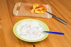 Joghurt mit Pfirsich Stockbild