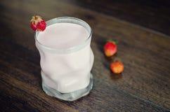 Joghurt und Erdbeeren Lizenzfreie Stockbilder