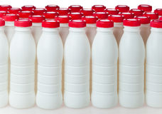 Joghurtflaschen mit roten Abdeckungen Stockfoto