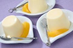 Joghurtnachtisch mit frischem abgezogenem Pfirsich stockfotos
