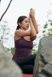 Jogi, das Yogahaltungen übt Lizenzfreie Stockfotos
