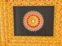 JOGJA,印度尼西亚- 2O17 8月12, :一个gloden框架的室内看法在塔曼莎丽服水宫殿里面寺庙的  免版税库存图片