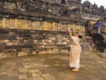 JOGJA,印度尼西亚- 2O17 8月12, :为有浅浮雕的,婆罗浮屠寺庙的未认出的妇女墙壁照相 图库摄影