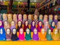 JOGJA,印度尼西亚- 2O17 8月12, :佩带传统hijab的一名年轻阿拉伯妇女的时装模特在商店 库存图片