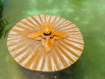 JOGJA,印度尼西亚- 2O17 8月12, :关闭一个扔石头的喷泉在池塘中间在塔曼莎丽服水宫殿 免版税图库摄影