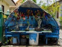 JOGJA,印度尼西亚- 2O17 8月12, :关闭在一个罐的被分类的盆景树在木桌,在jogja日惹 库存照片