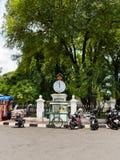 JOGJA,印度尼西亚- 2O17 8月12, :关闭在街道停放的有些摩托车,在一个恶劣的城市都市房子附近  免版税库存照片