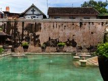 JOGJA,印度尼西亚- 2O17 8月12, :塔曼莎丽服日惹水宫殿在Java海岛,印度尼西亚上的 库存图片