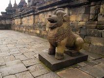 JOGJA,印度尼西亚- 2O17 8月12, :守卫台阶入口的狮子雕塑在婆罗浮屠,中爪哇省上面  图库摄影