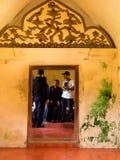 JOGJA,印度尼西亚- 2O17 8月12, :室内的未认出的人塔曼莎丽服日惹水宫殿Java的 免版税库存照片