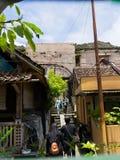 JOGJA,印度尼西亚- 2O17 8月12, :走在jogja的日惹一个恶劣的城市都市房子附近的未认出的人民 库存照片