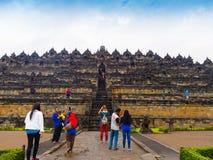 JOGJA, ΙΝΔΟΝΗΣΊΑ - 12 Αυγούστου, 2O17: Μη αναγνωρισμένοι άνθρωποι που περπατούν πλησίον ενός όμορφου ναού Borobudur στην Ινδονησί στοκ εικόνες με δικαίωμα ελεύθερης χρήσης